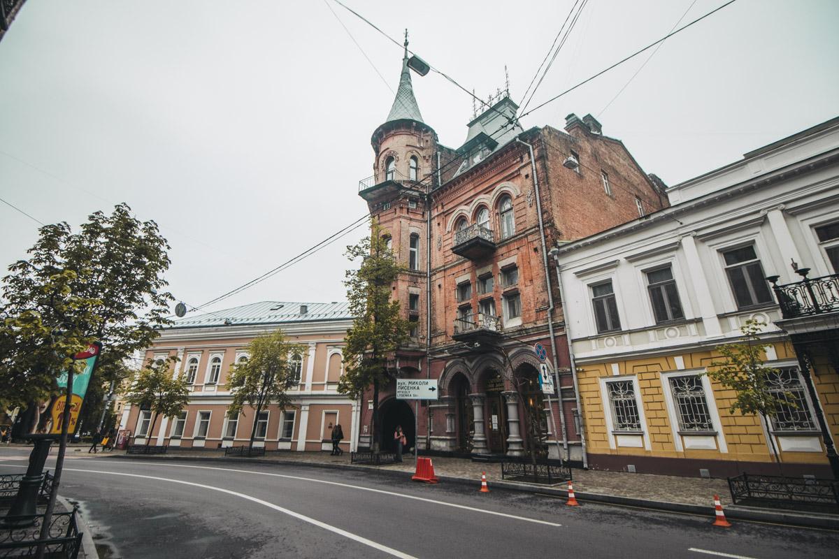 Вообще, если задуматься, то Киев представляется городом контрастов. Ведь здесь такие сказочные и ухоженные домики могут сочетаться...