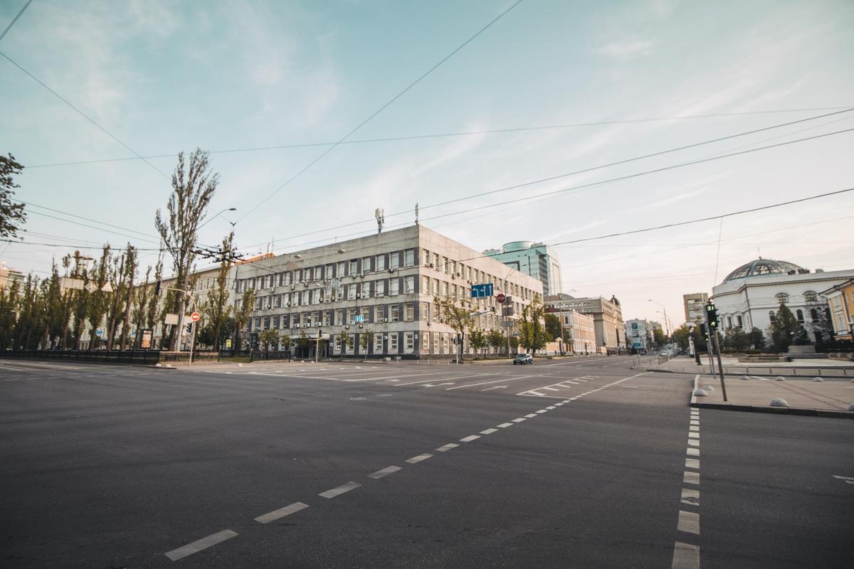 В центре Киева, обычно настолько загруженном и шумном, оказывается настолько просторно, что невольно возникает желание сыграть в футбол