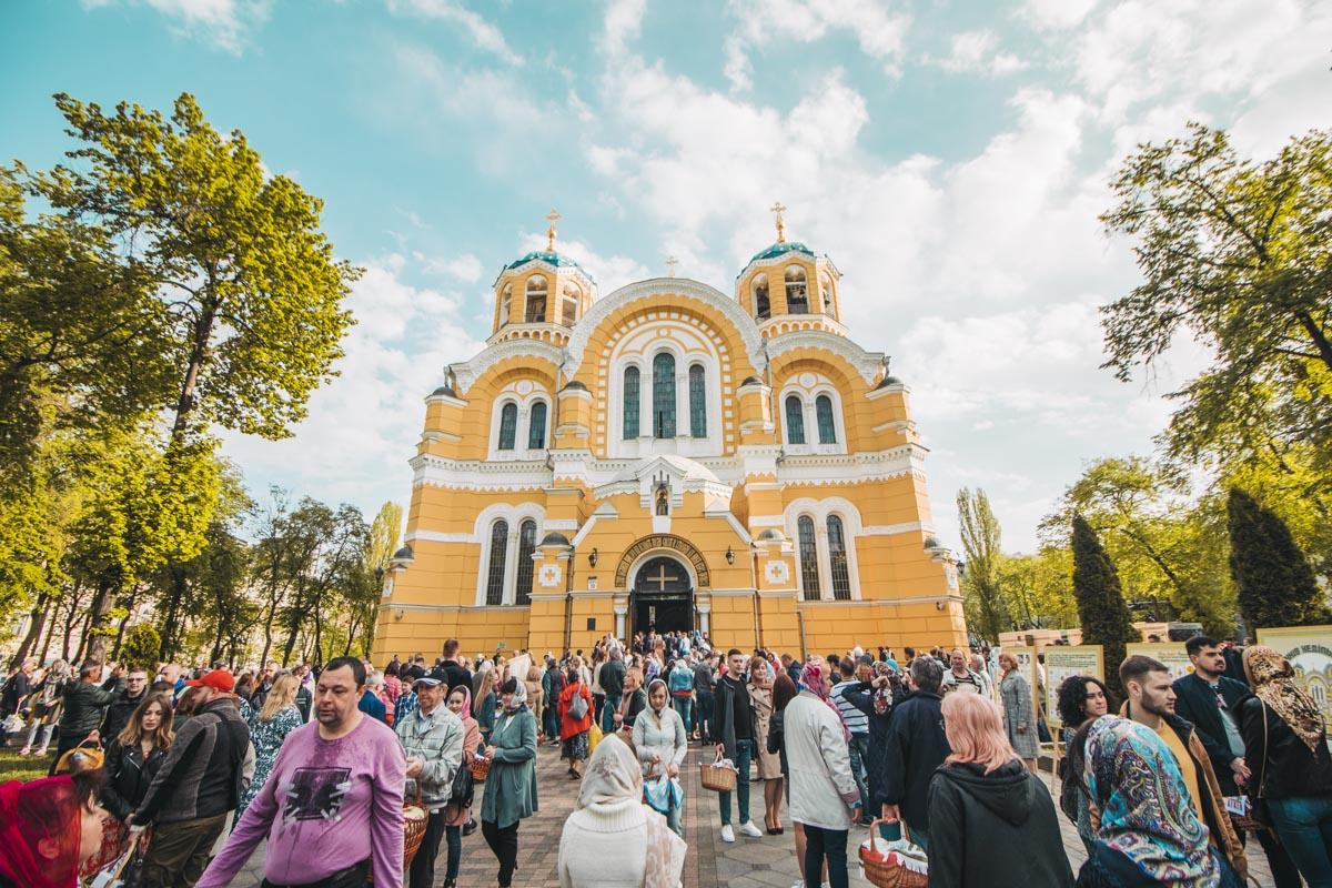У Владимирского собора тоже многолюдно