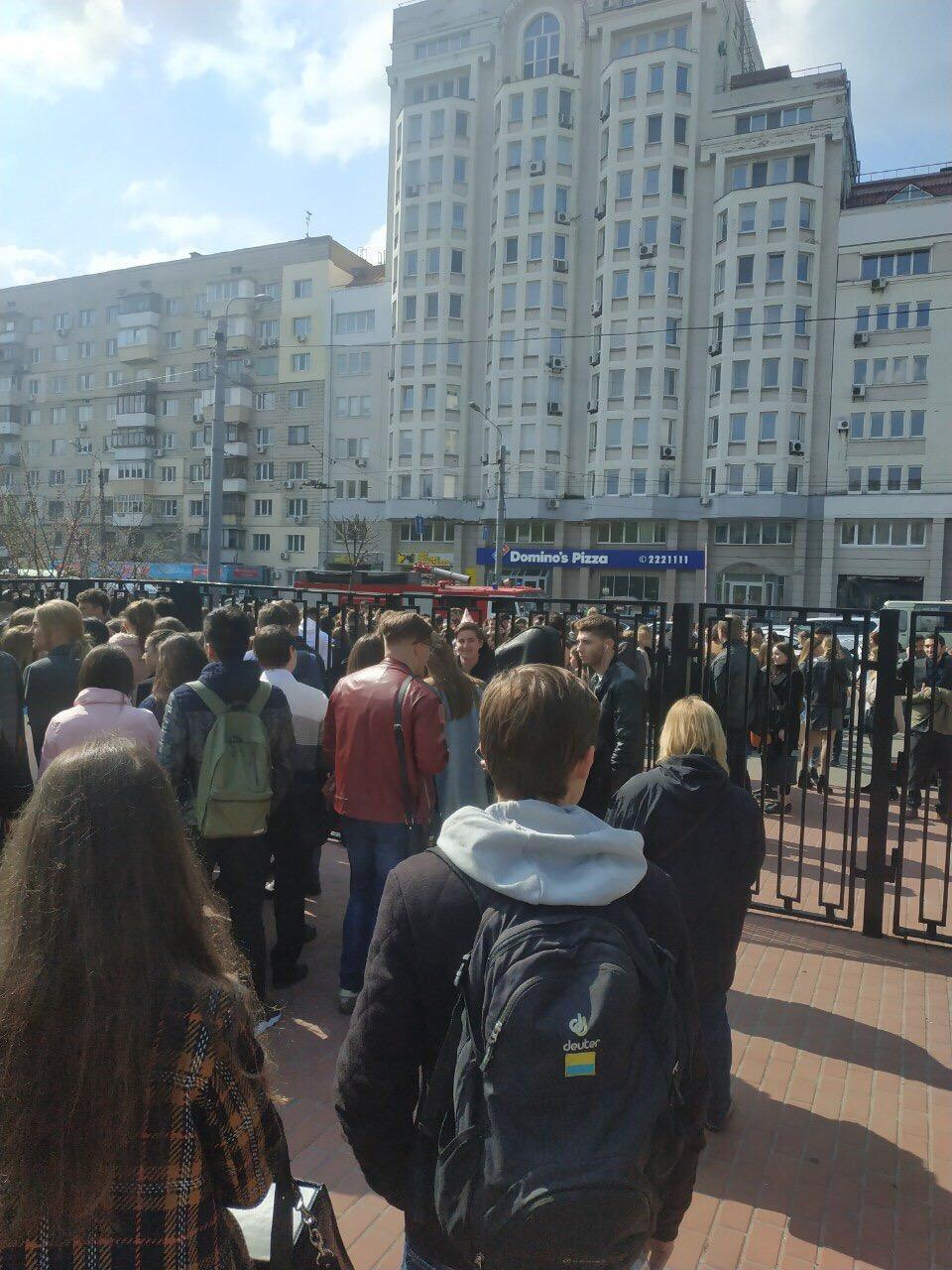 Студентов КИМО экстренно эвакуируют из здания из-за сообщении о минировании