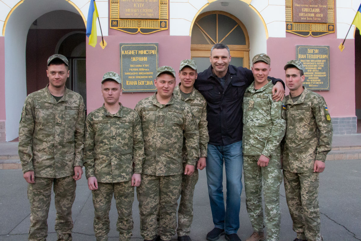 А в завершении Виталий Кличко сфотографировался с лицеистами