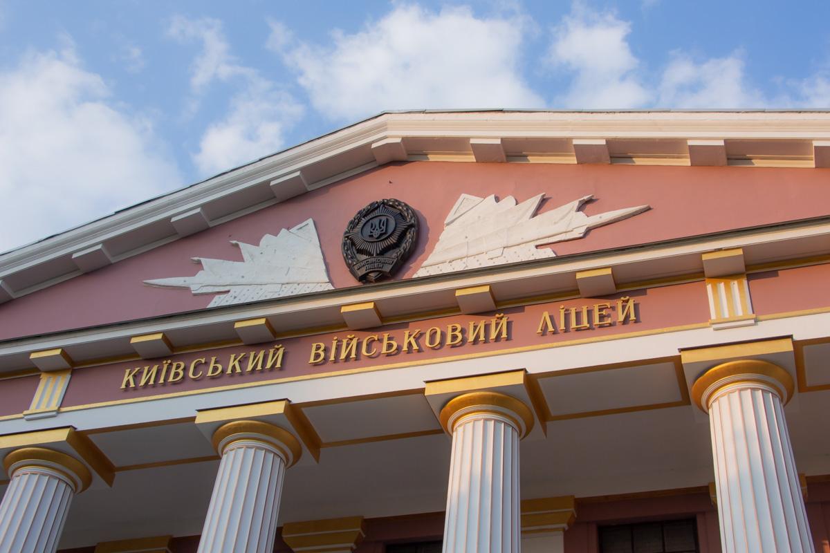 Как и в первом туре, мэр Киева Виталий Кличко голосовал на территории военного лицея имени Ивана Богуна