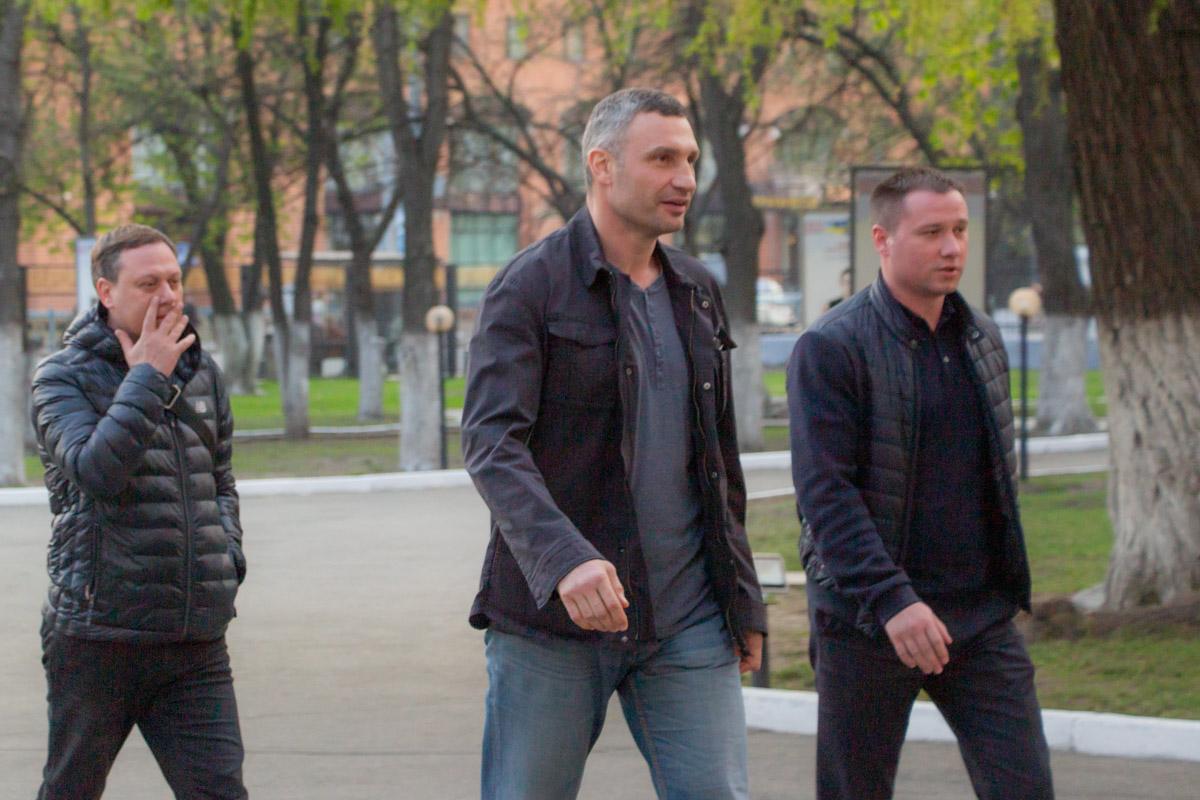 Отличием, по сравнению с голосованием в первом туре, стало то, что Кличко прибыл на участок на машине, а не на велосипеде