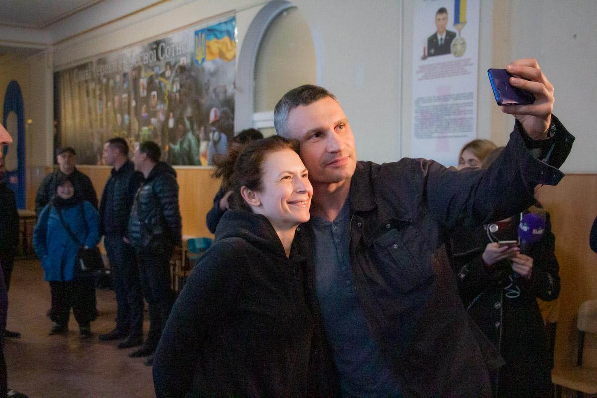На избирательном участке Виталий не отказал членам избирательной комиссии и простым жителям Киева в селфи