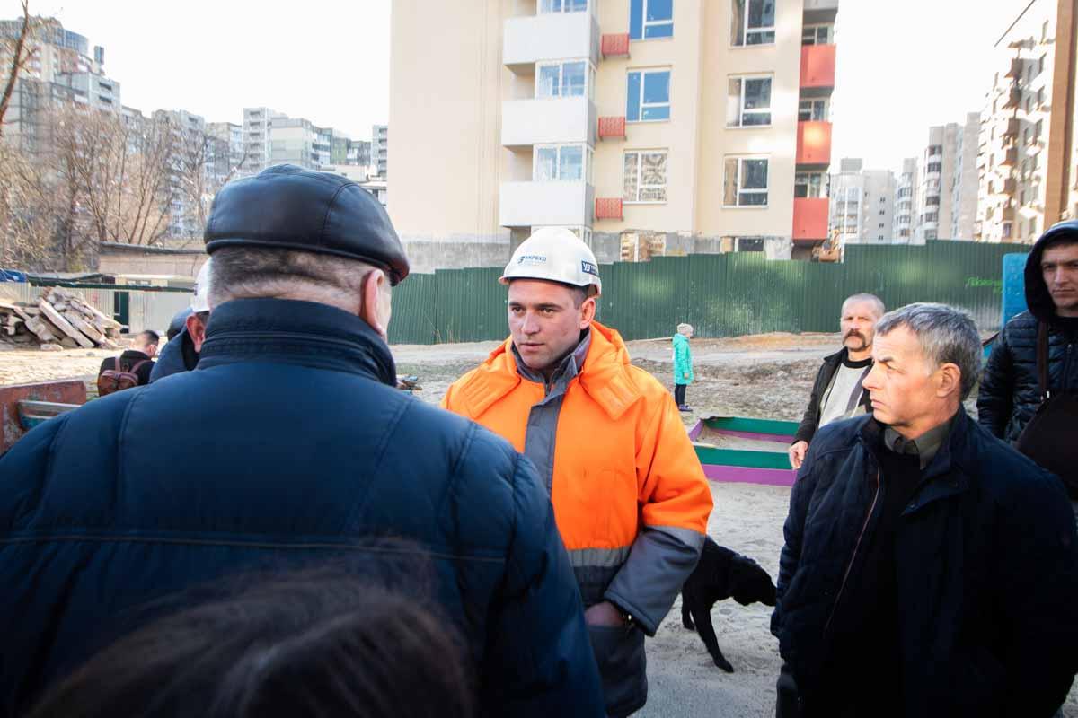 """Представитель корпорации """"Укрбуд"""" Сергей Бабич общается с жильцами"""