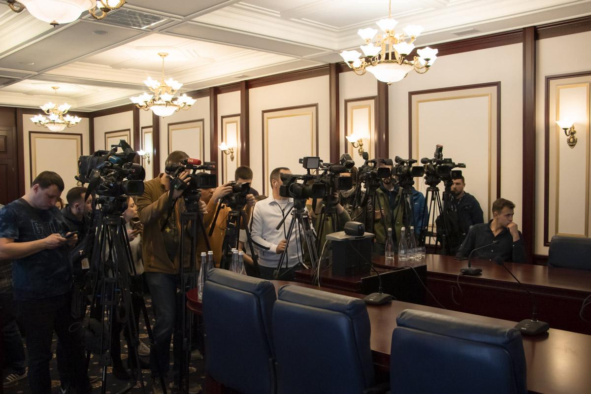 В ходе брифинга представителям СМИ рассказали о задержании троих подозреваемых в убийстве ювелира Сергея Киселева