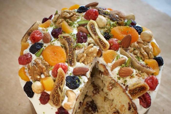Сухофрукты, орехи и цукаты отлично дополняют кулич и делаю его полезнее