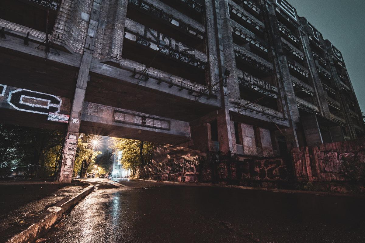 Сейчас это заброшенное здание прямо ассоциируется киевлянами со Львовской площадью