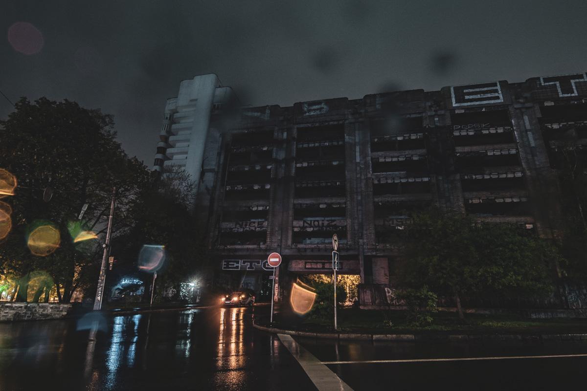 На площади находится недостроенное здание, которое должно было стать одним из корпусов КНУТКТ им. Карпенко-Карого