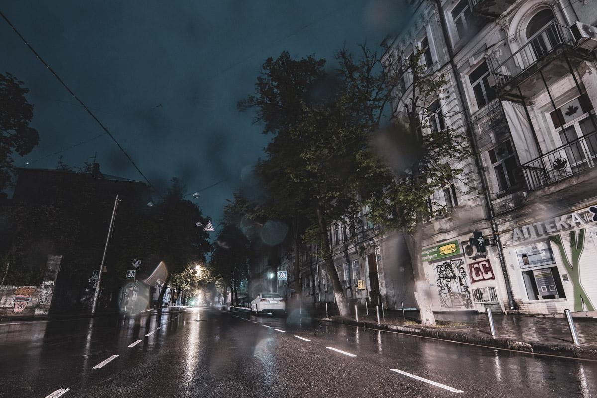 В направлении Золотых ворот тянется также одна из древнейших улиц - Ярославов Вал