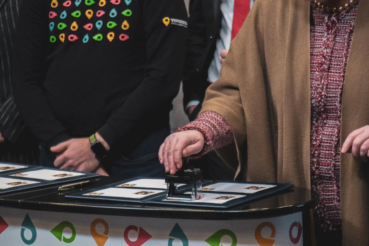 В конце мероприятия состоялось торжественное гашение марки всеми приглашенными гостями