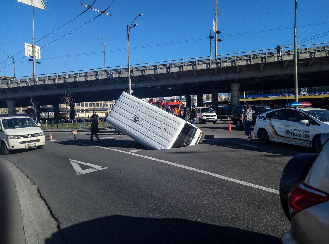 На Демеевской площади микроавтобус Volkswagen провалился под землю во время движения