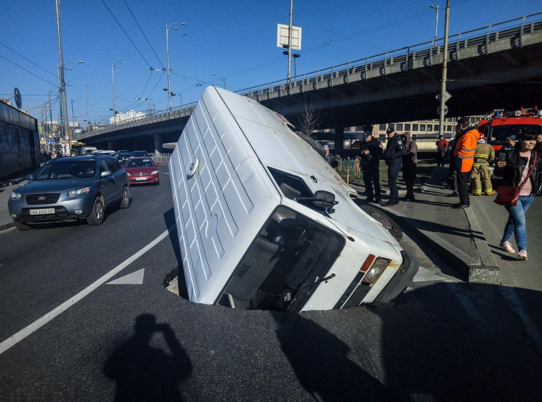 К счастью, водитель автомобиля не пострадал и самостоятельно покинул салон
