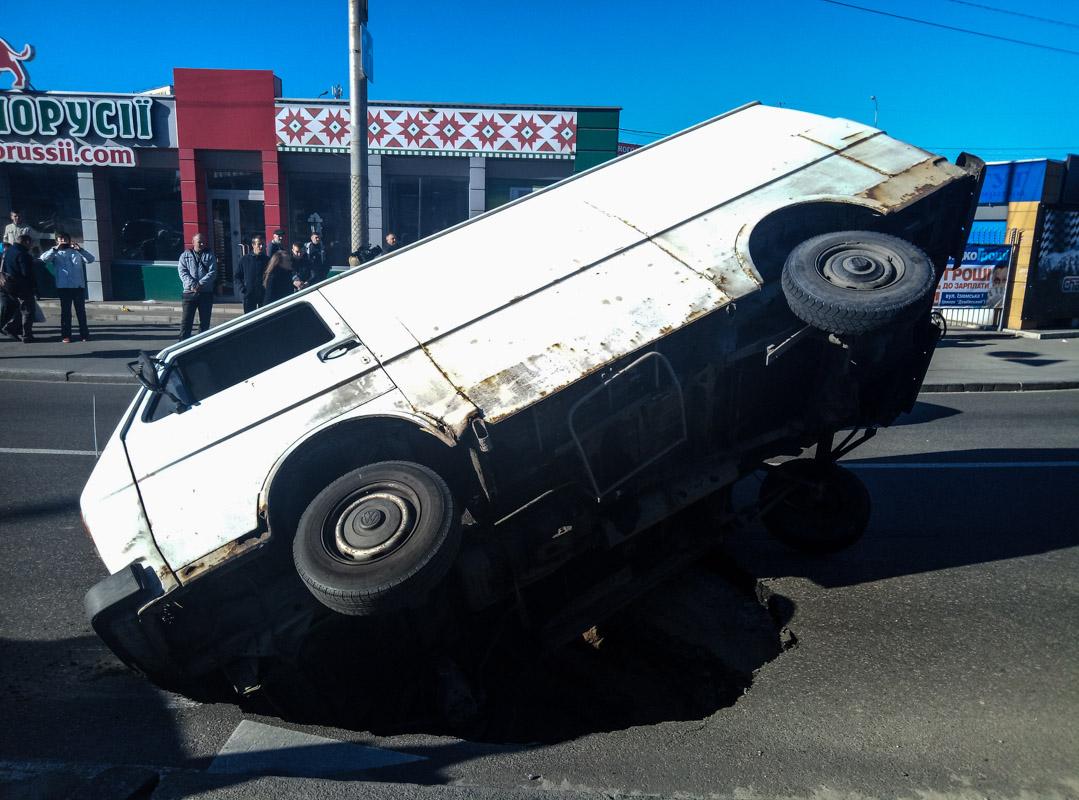 По словам водителя, он двигался, не превышая скорость, и микроавтобус не был перегружен