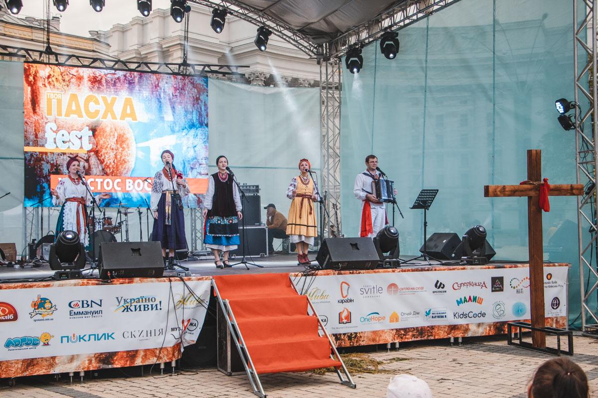 На сцене выступали фольк-коллективы, детские ансамбли и хоры