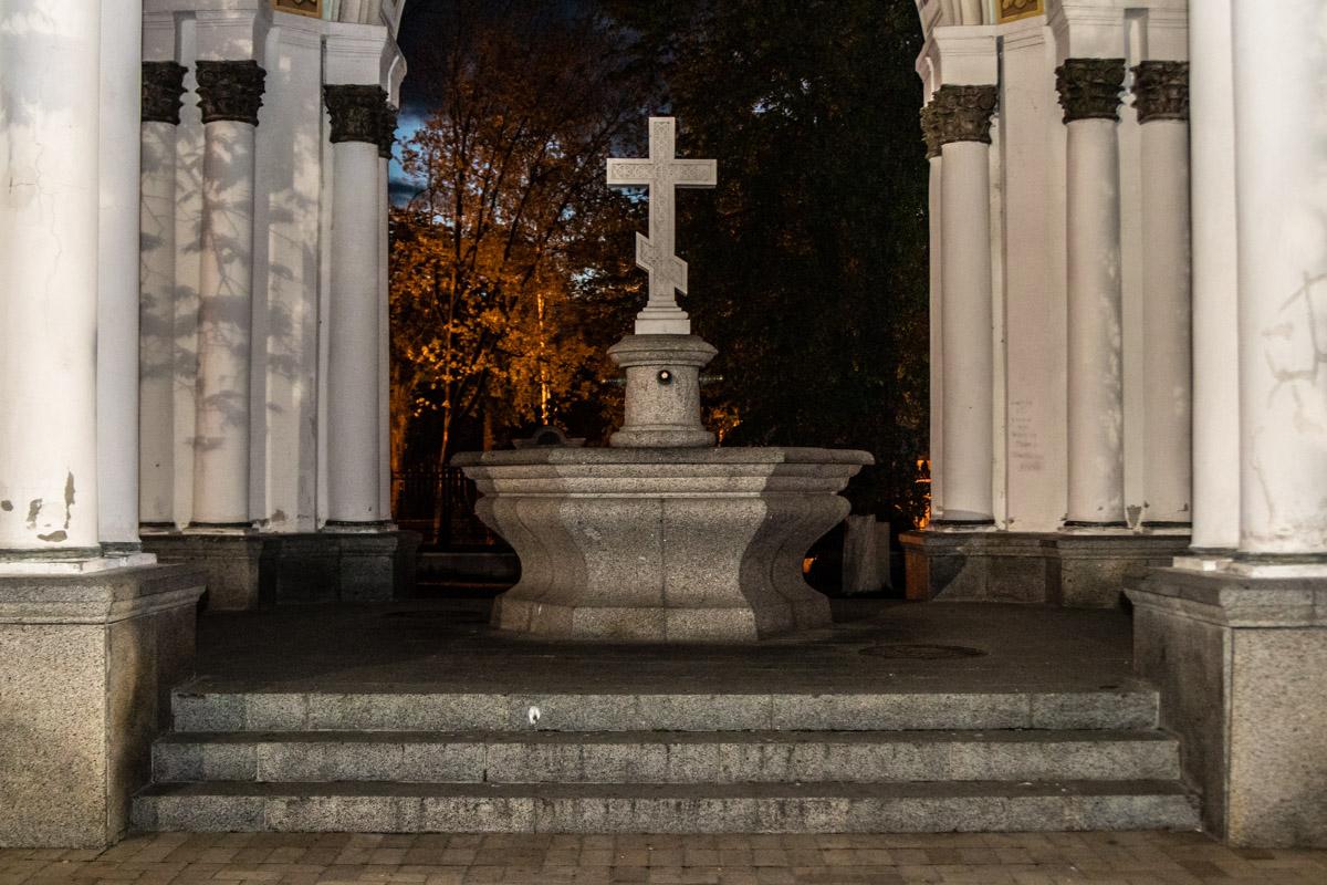 Величественный монумент у собора