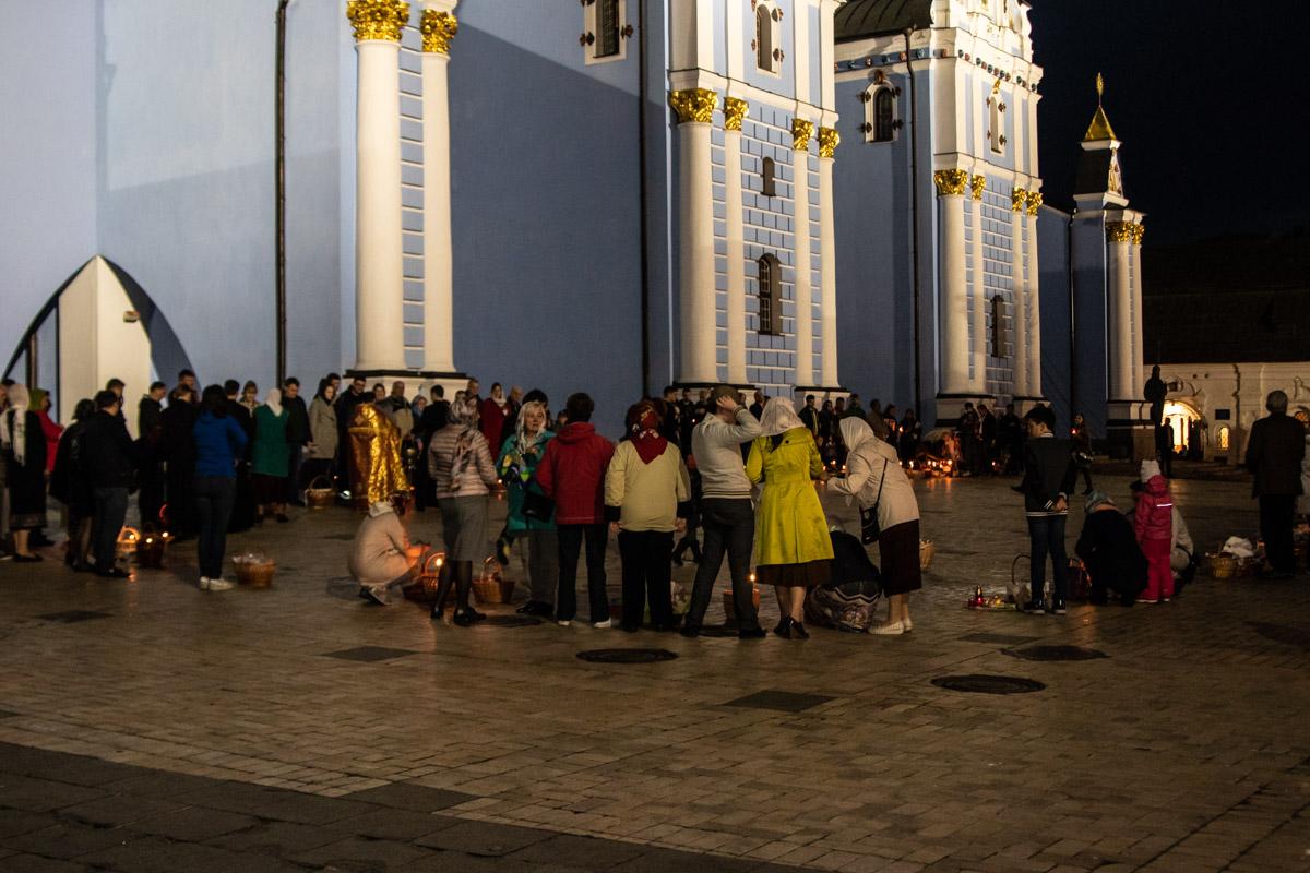 Прихожане в ожидании освящения пасхальных корзин