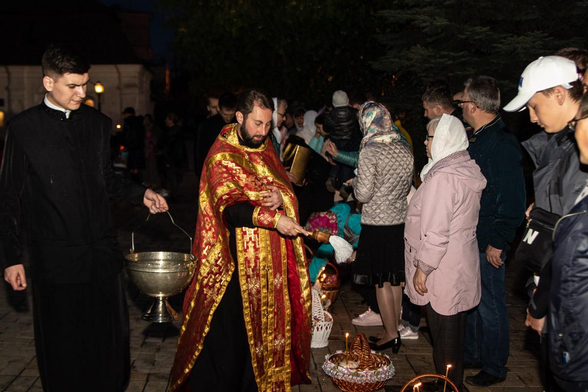 Под Михайловский собор пришло много людей на освящение пасхальных корзин