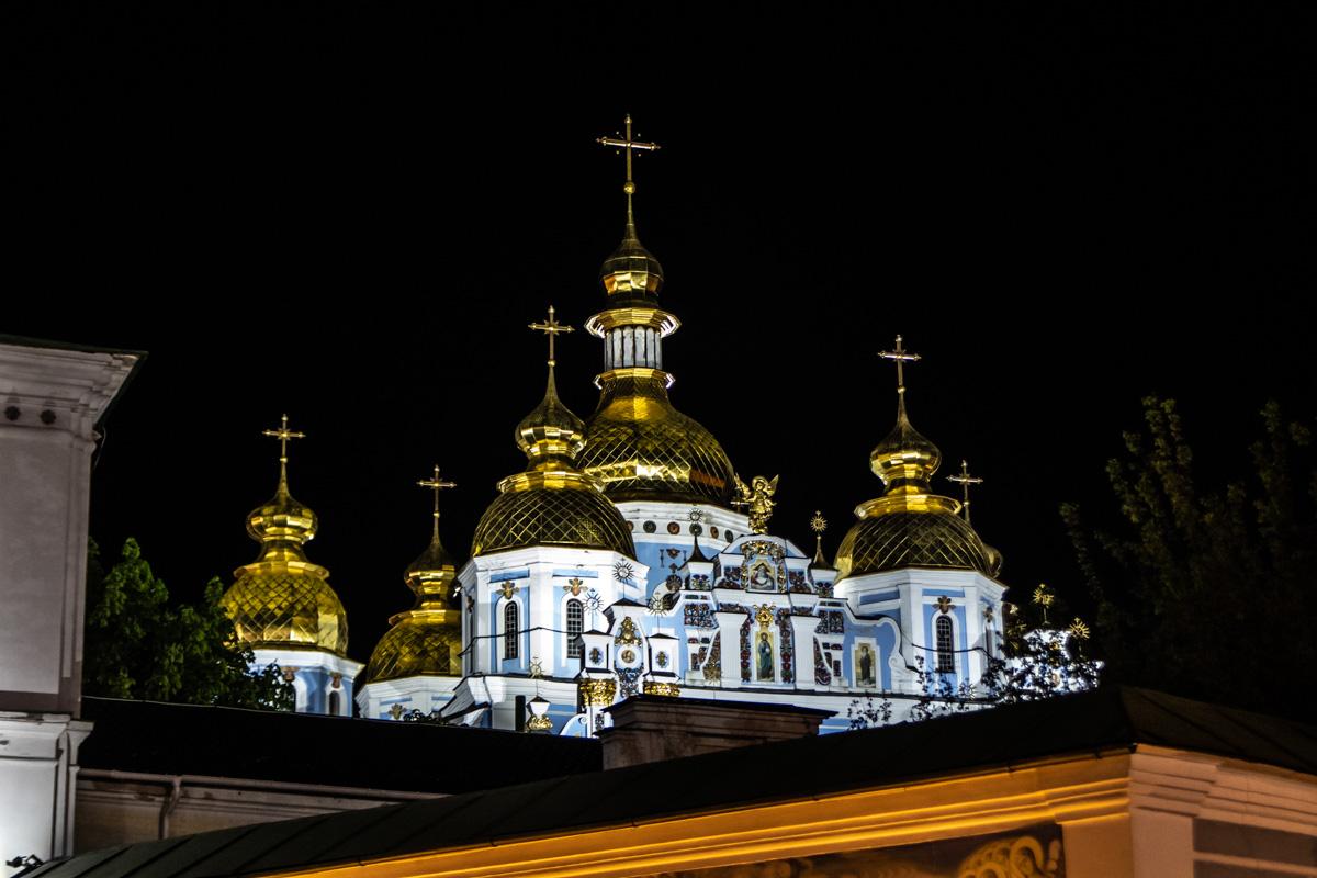 Свято-Михайловский Златоверхий монастырь выглядит величественно