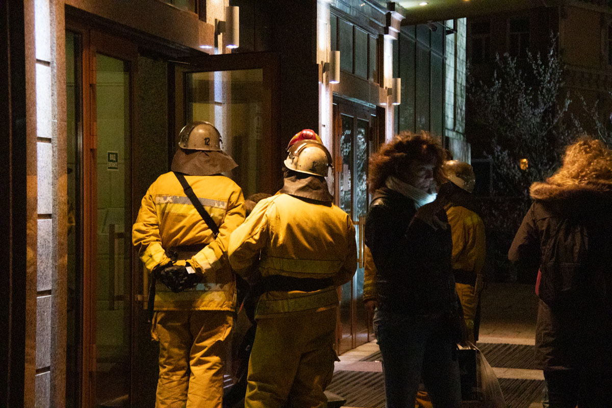 На входе стояли спасатели, которые не впускали людей во внутрь