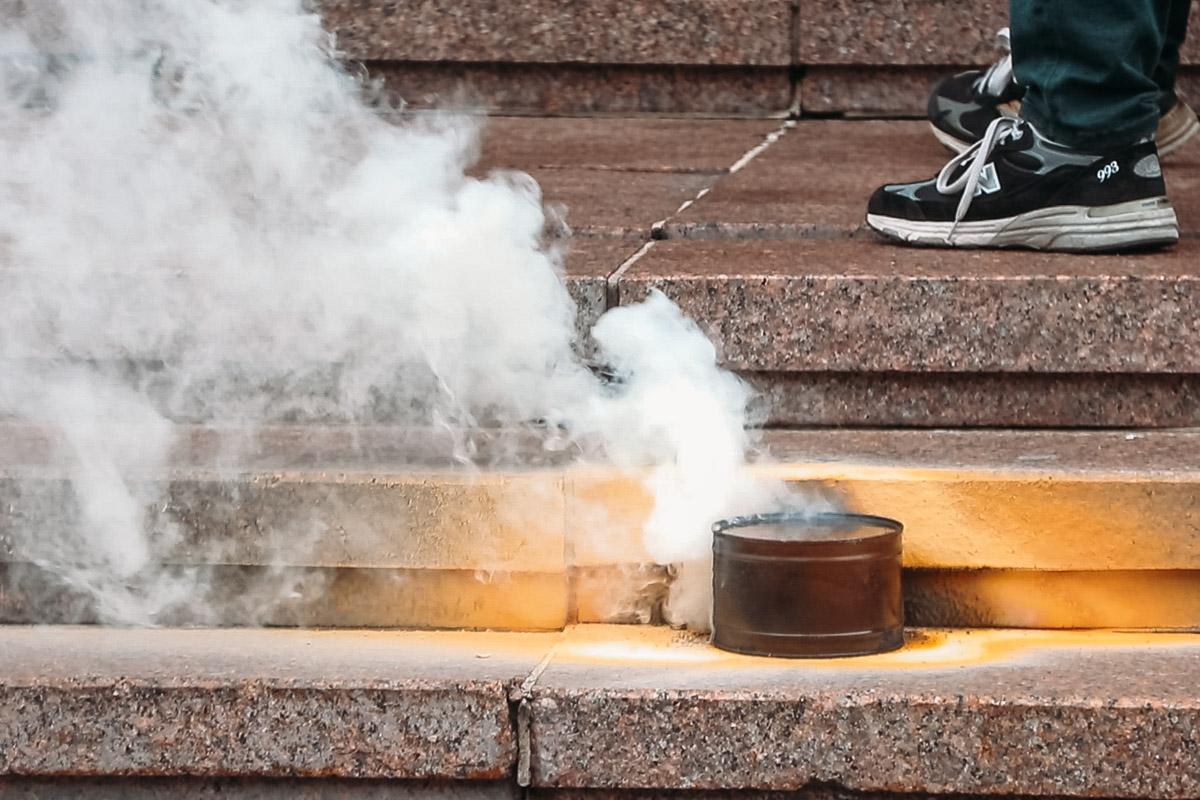Дымовая шашка перед зданием КГГА