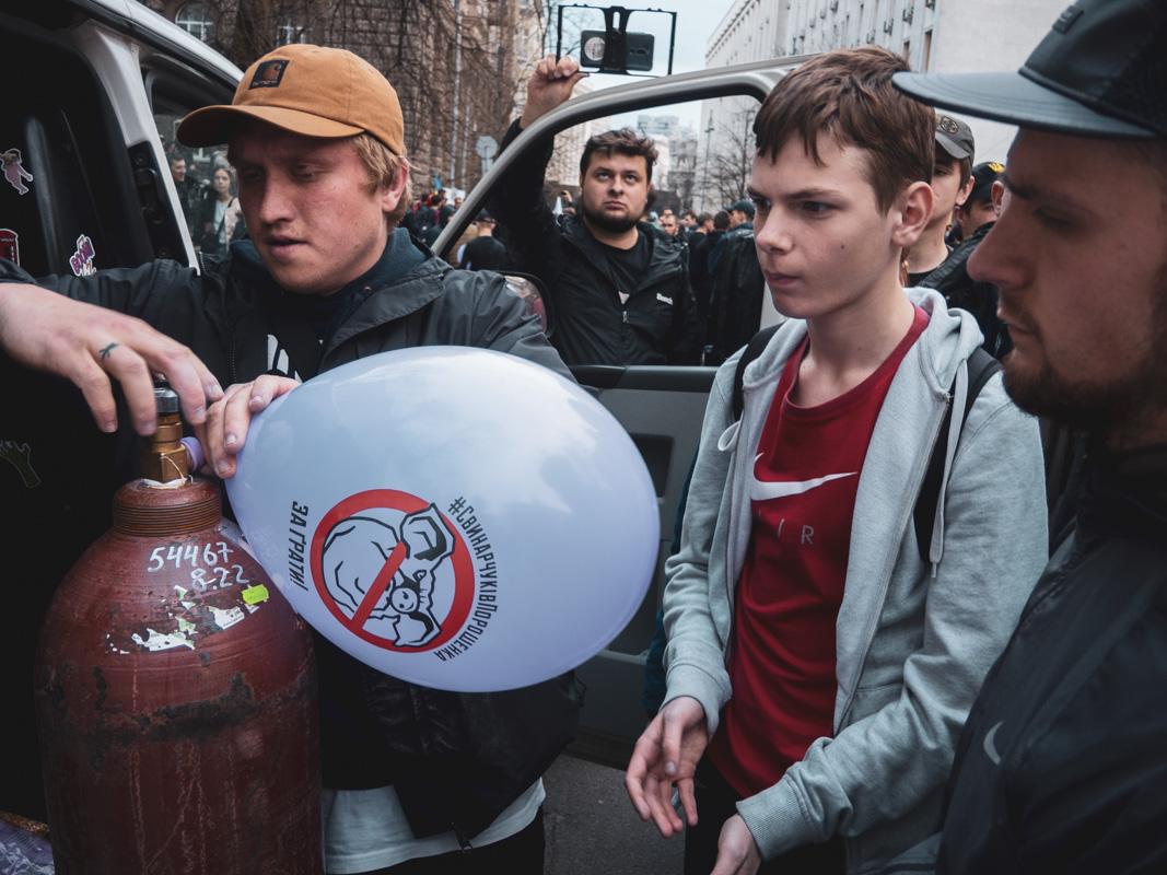 Митингующие привезли надувные шарики с антикоррупционными надписями