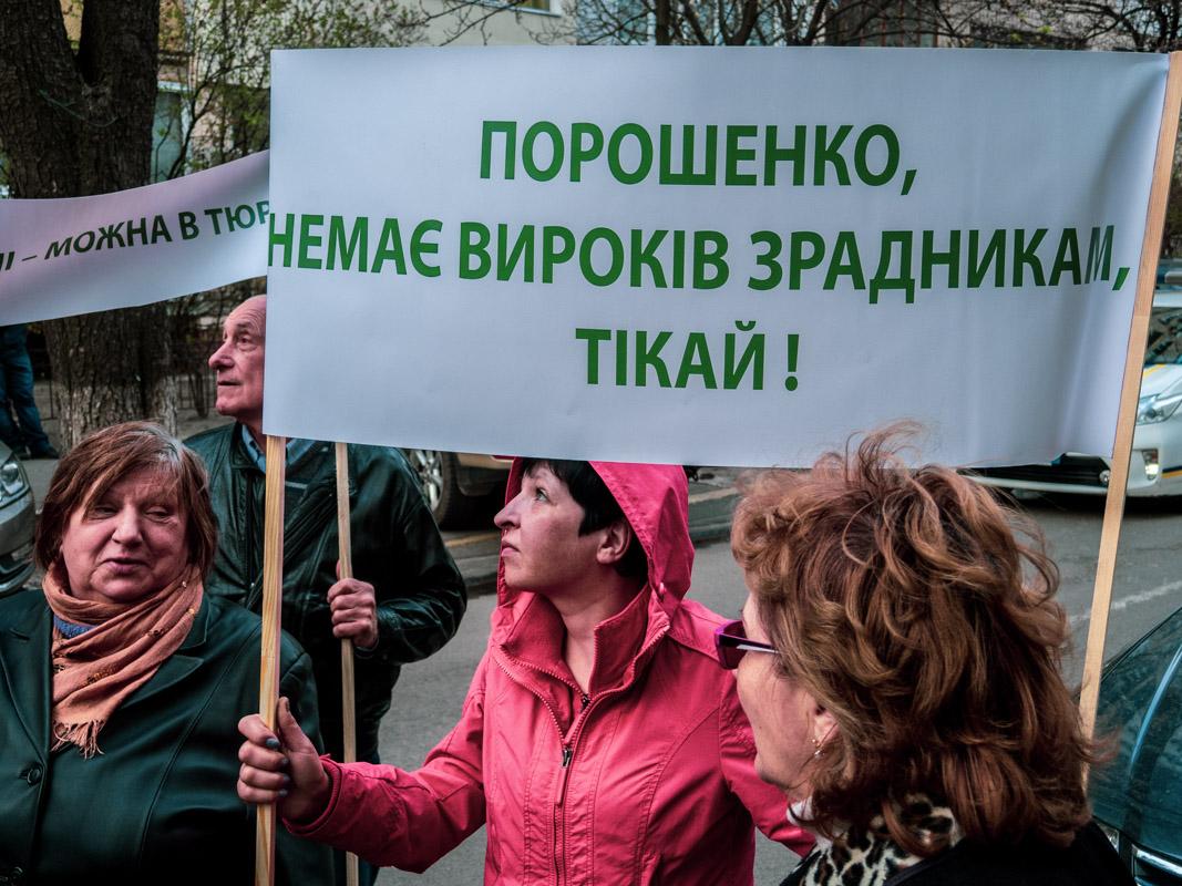 В руках у людей были плакаты и чемоданы с антикоррупционными лозунгами