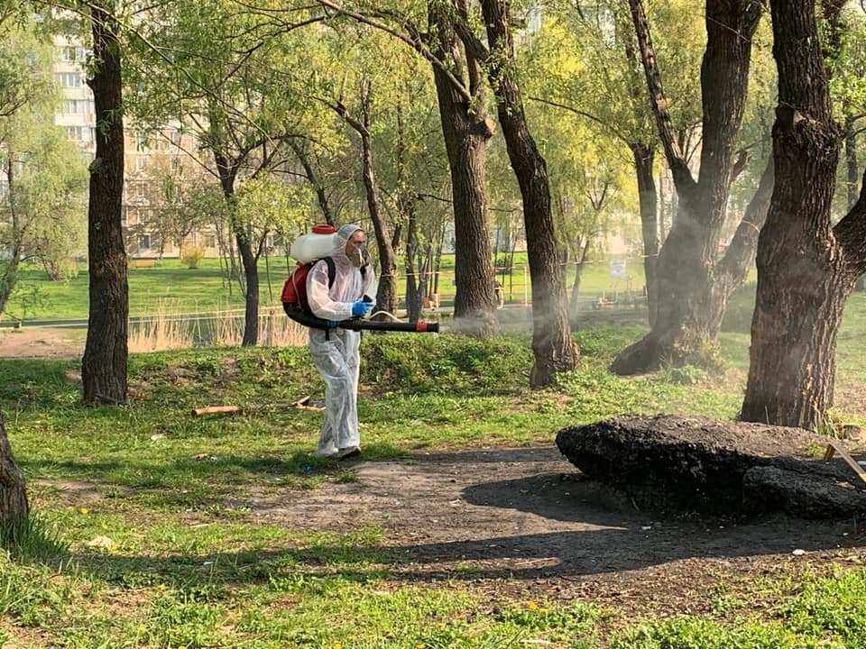 Парки столицы обрабатывают от клещей