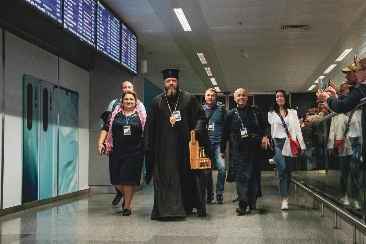 Уже вечером этого дня его частичку, которую украинская делегация получила из рук Иерусалимского патриарха Феофила Третьего, доставили в аэропорт «Борисполь»