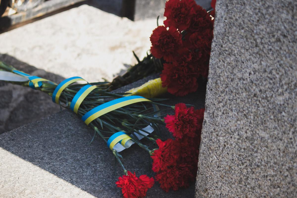 Было много цветов, которыми почтили память погибших