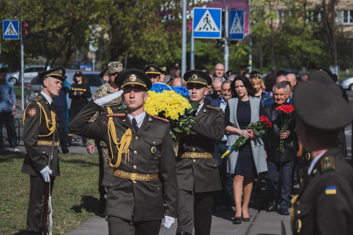Главное - не количество людей и цветов, а память и уважение к тем героям и событиям, которые перевернули этот мир