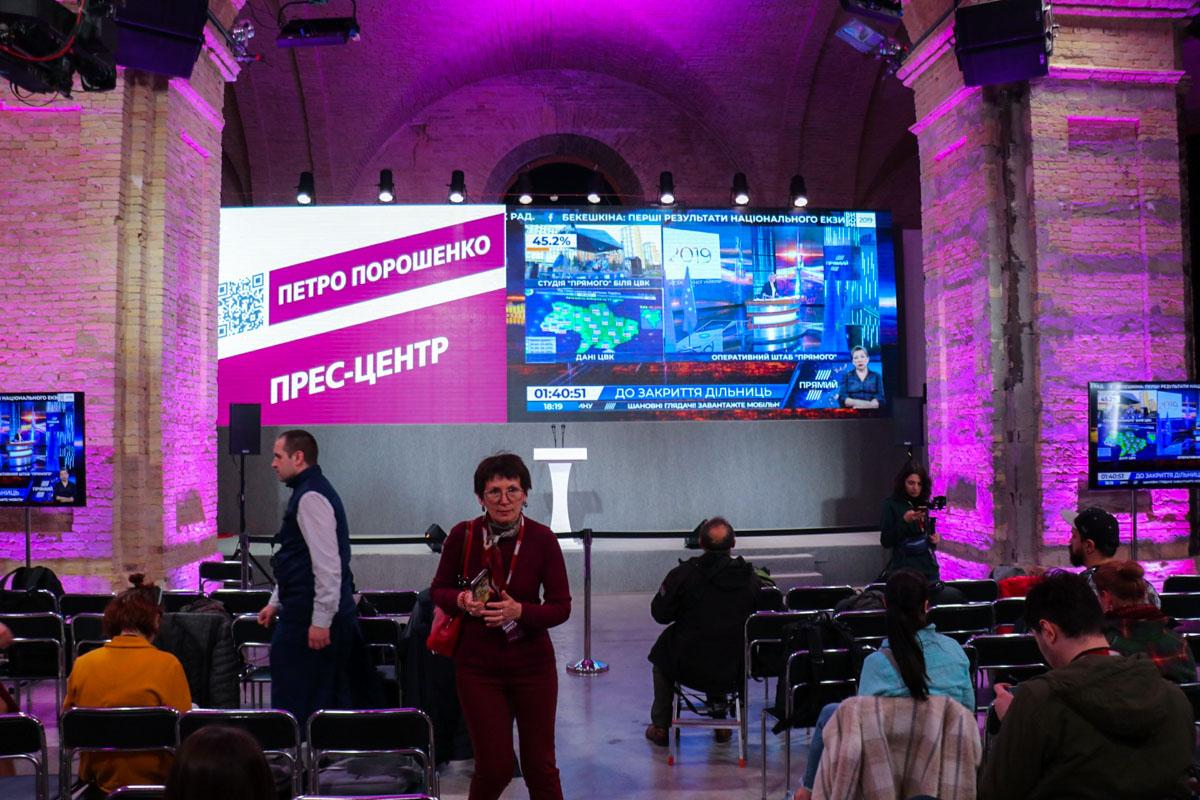 В пресс-центре собираются журналисты украинских и зарубежных СМИ