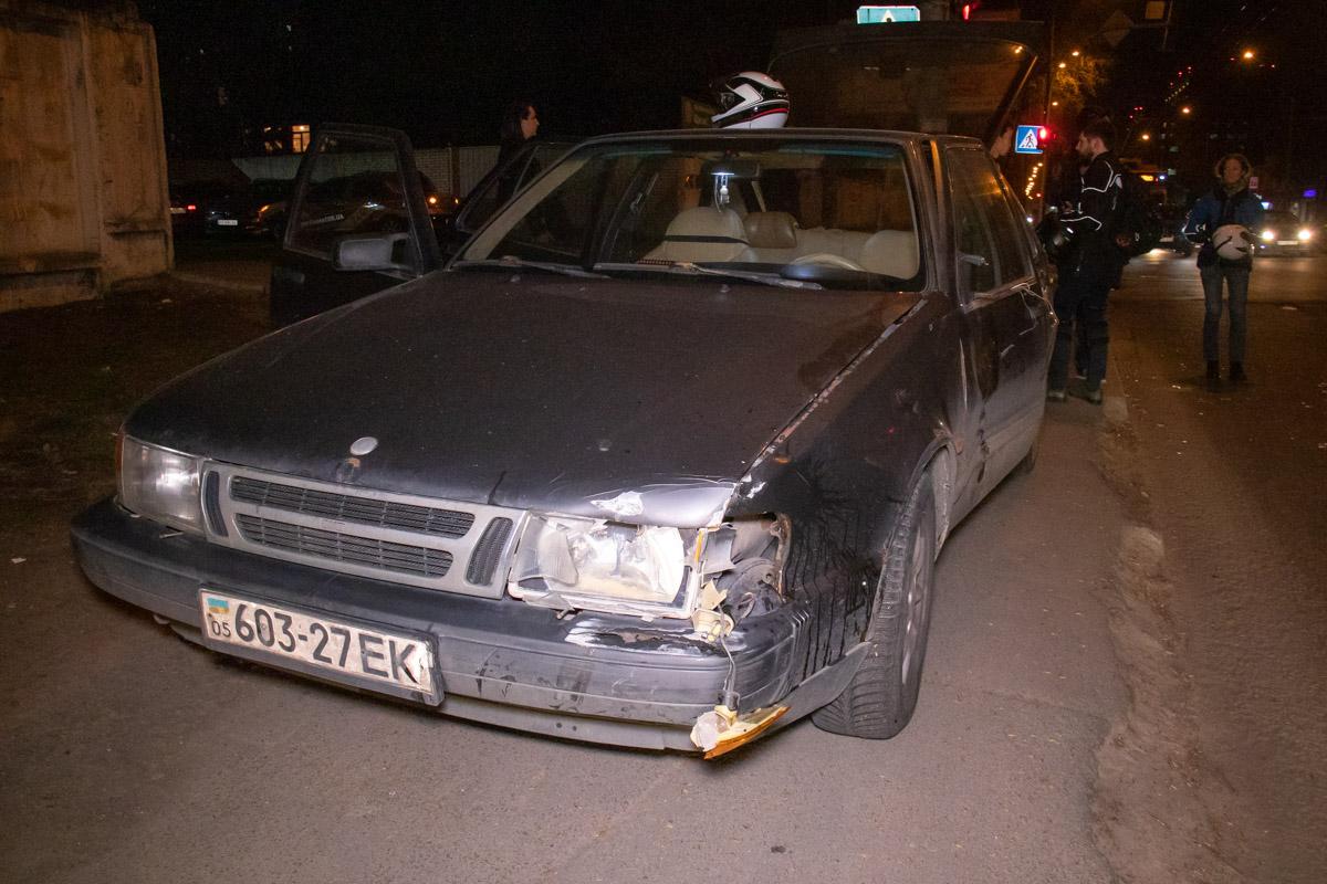 На перекрестке улиц Михаила Максимовича и переулка Охтырского столкнулись Saab 9000 и мотоцикл Honda