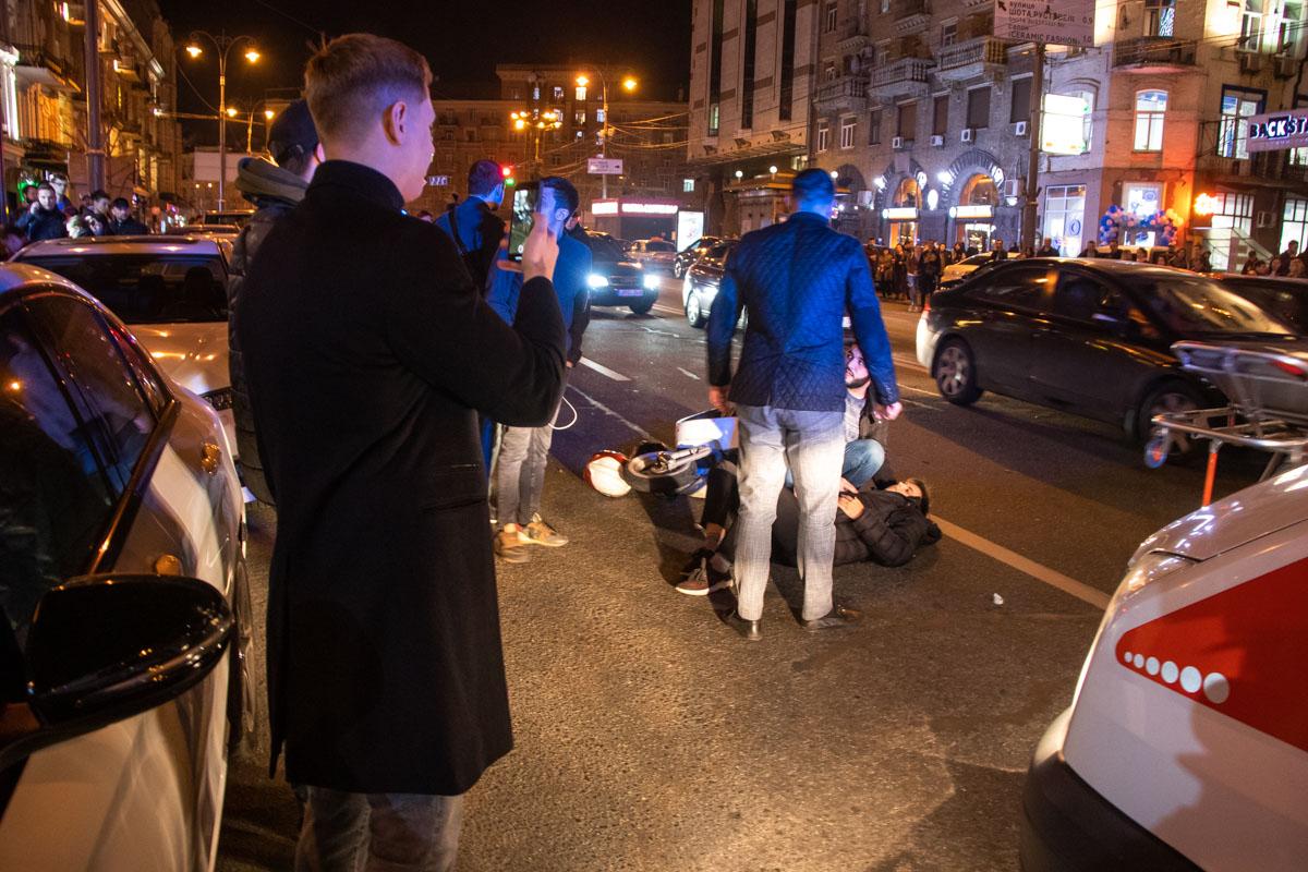Скутер, который двигался по улице Большая Васильковская в сторону Крещатика не успел остановиться и сбил человека