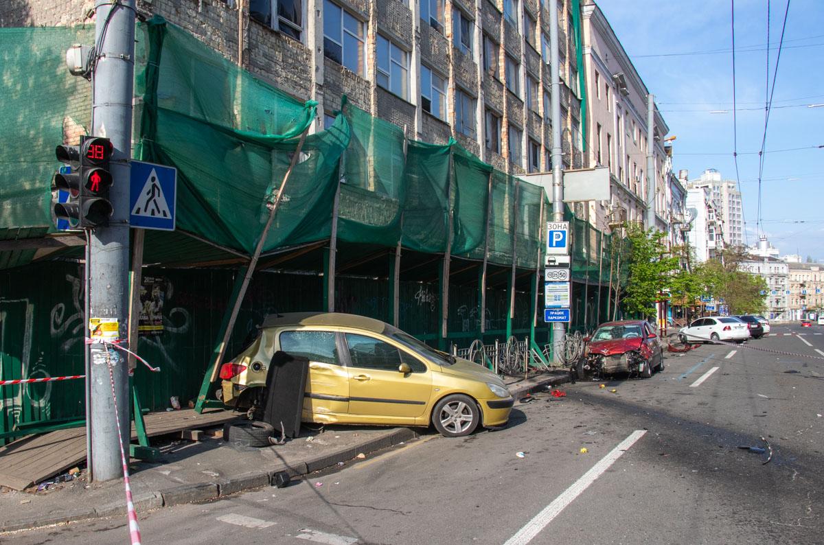 От удара Peugeot вылетел на тротуар