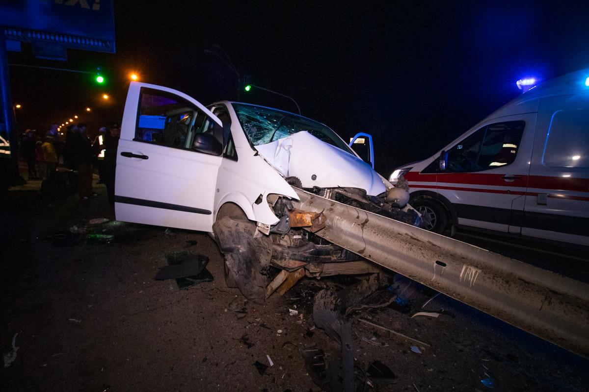 В ночь на 1 апреля на Столичном шоссе Mercedes Vito налетел на отбойник
