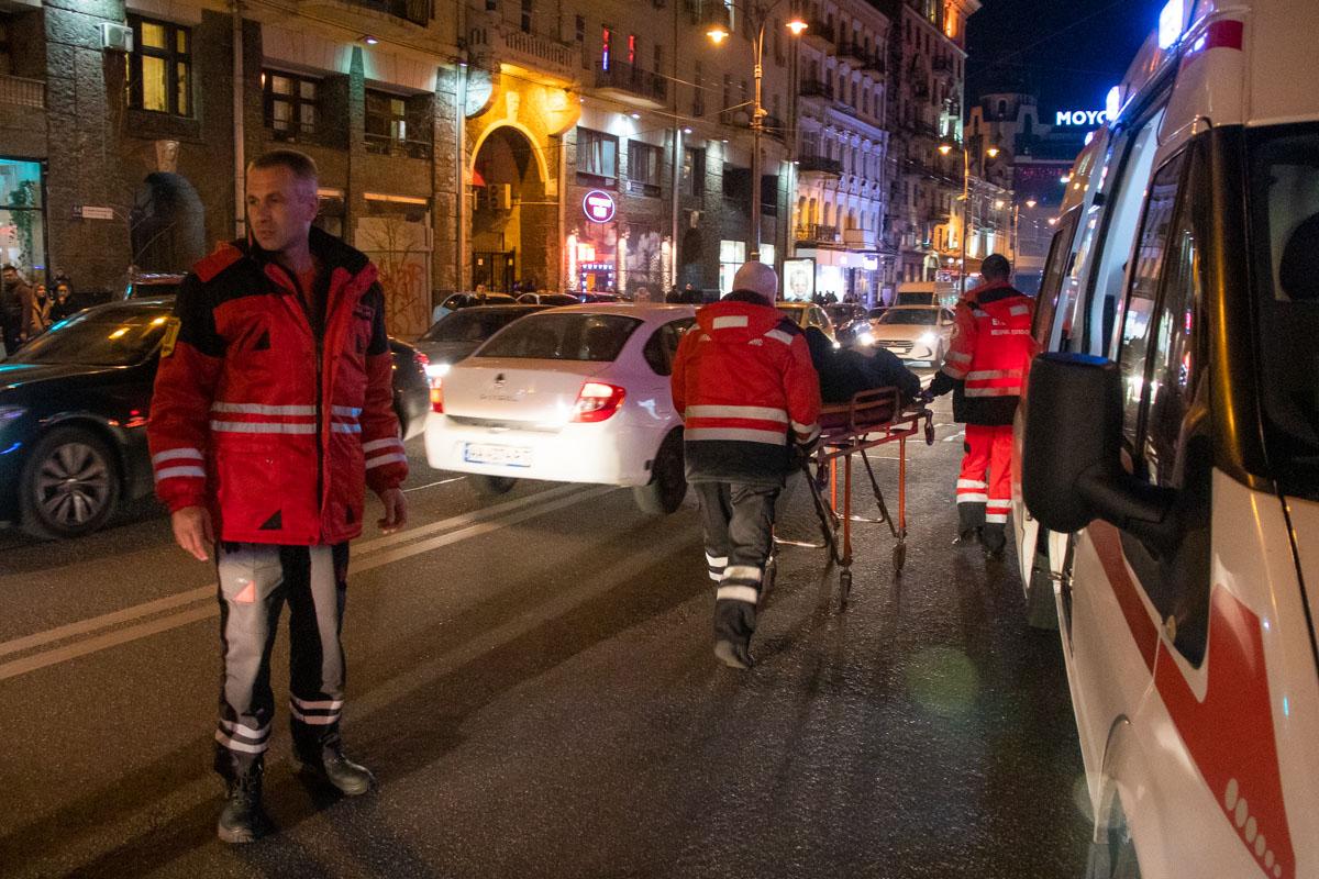 Медики грузили пострадавшего на носилки без сознания