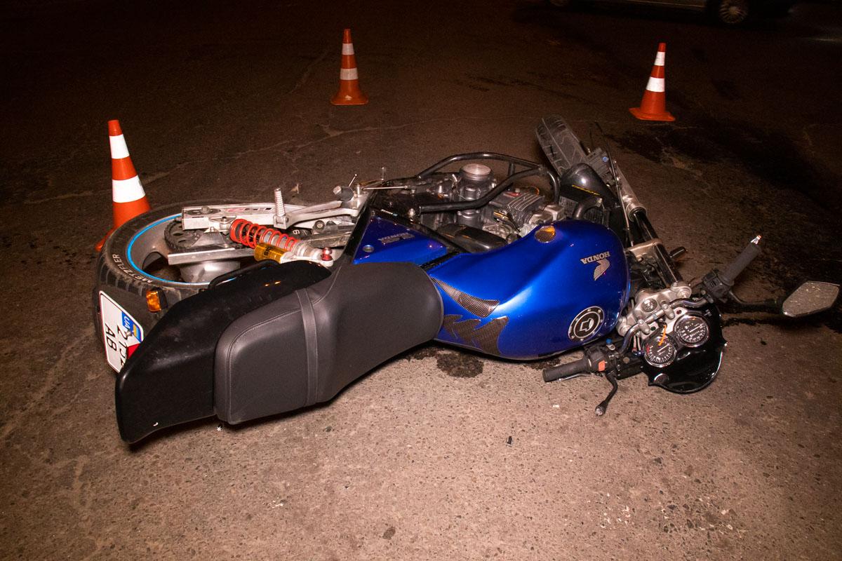 Предварительно, мотоцикл поворачивал налево