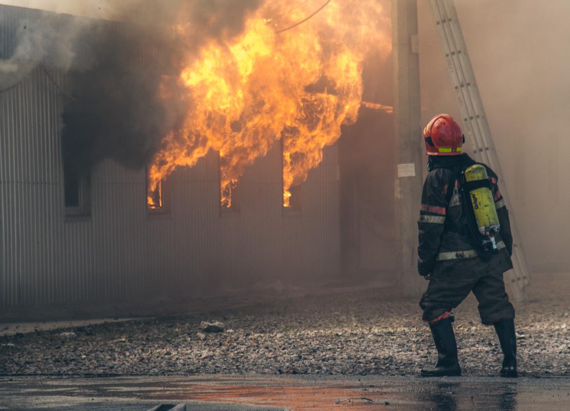 Пламя вырывалось из окон здания