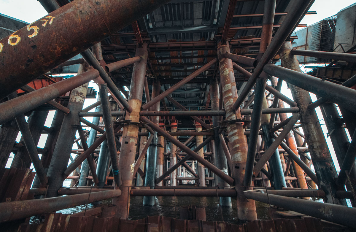 На мосту демонтируют крайние опоры, устанавливают балки автопроезда