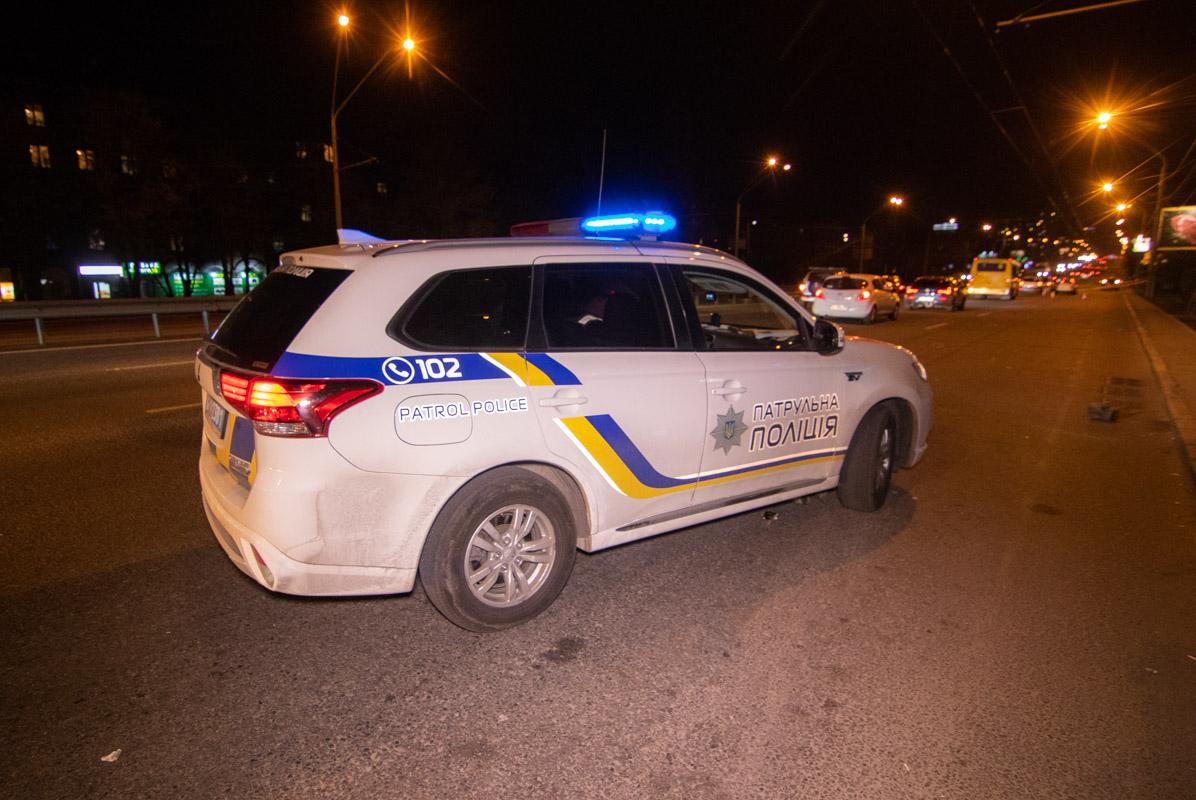 На месте дежурит экипаж патрульной полиции, который ожидает прибытия следственно-оперативной группы
