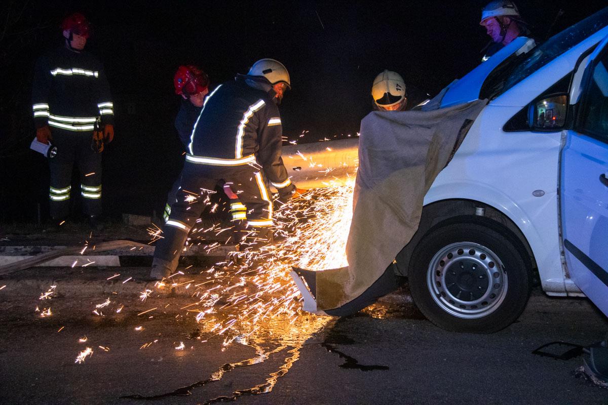 Спасатели срезали часть ограждения