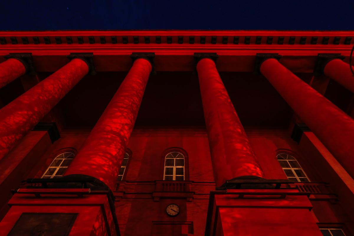 Красный корпус выглядит таким разным с разных ракурсов