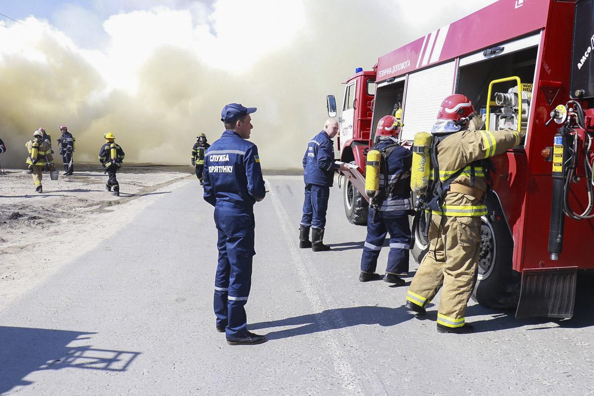 На месте работают спасатели (13 единиц техники и 42 пожарных)