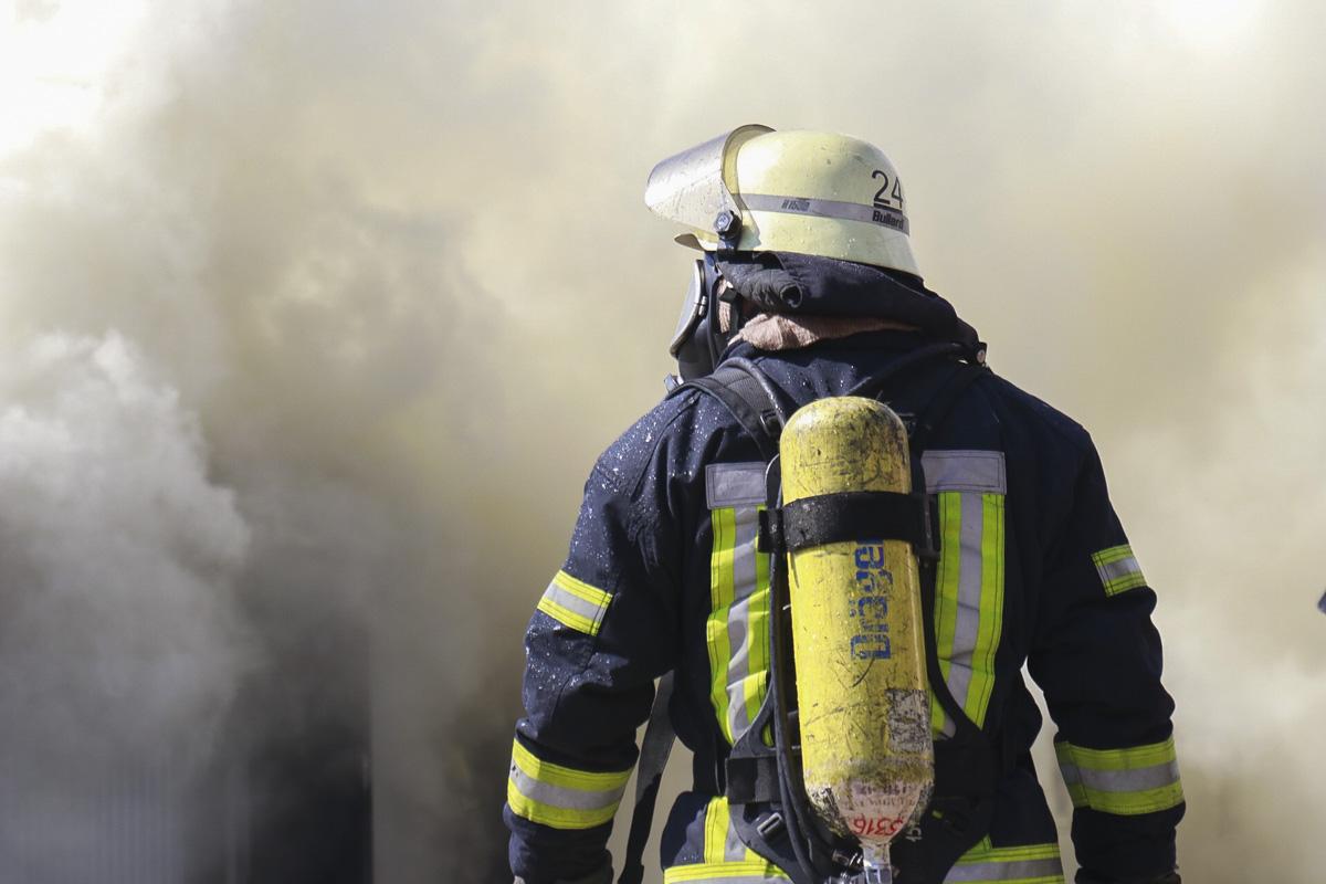 Вызов спасателям поступил около 12:05 и они еще не ликвидировали пожар