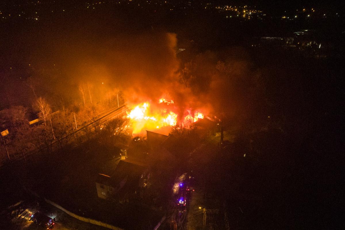 В ночь на 8 апреля в Подольском районе Киева произошел масштабный пожар