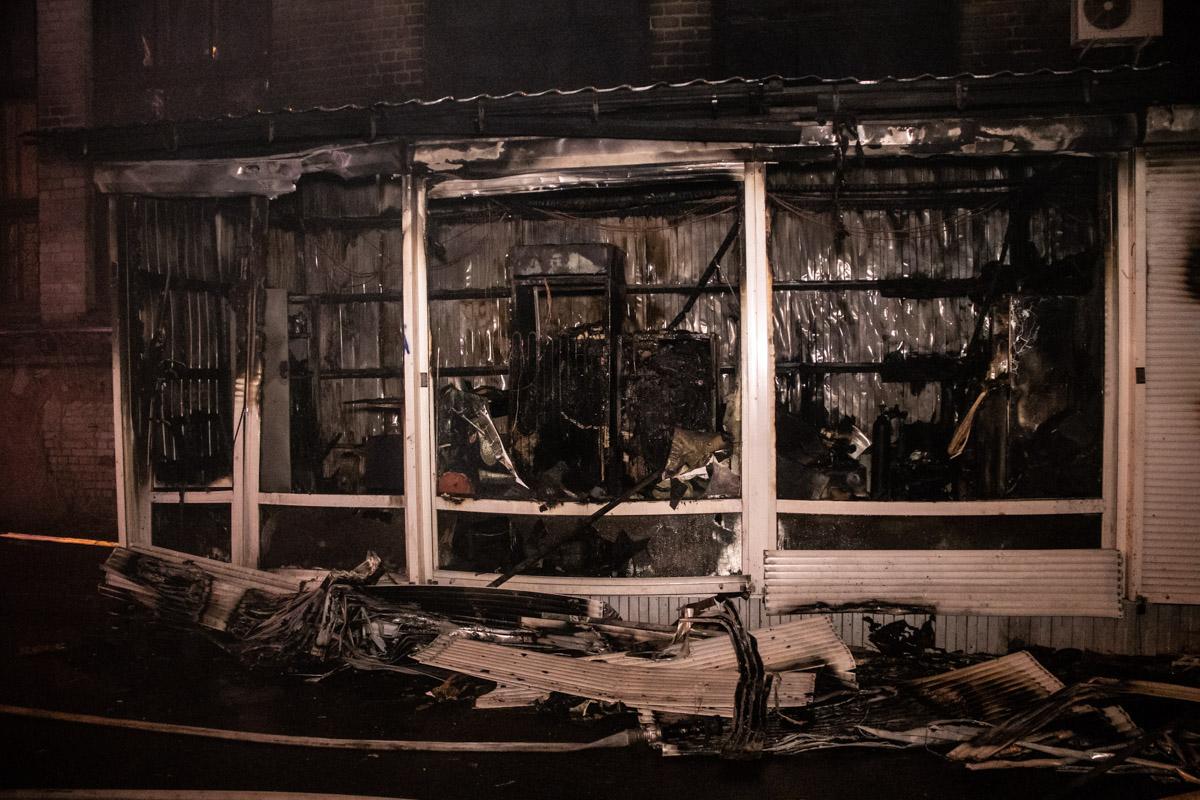 Огонь повредил стены и окна складов