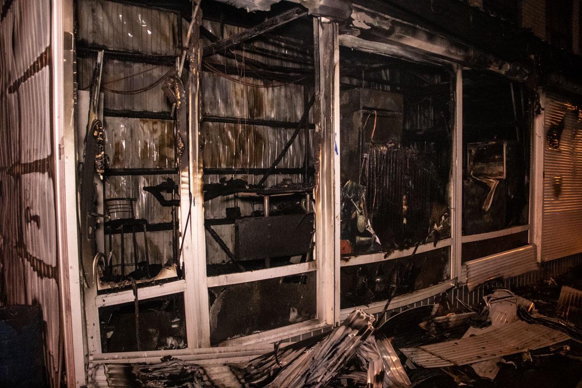 Несколько киосков сгорели дотла