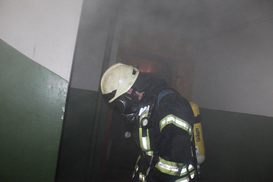 В Киеве на Милославской женщину эвакуировали из горящей квартиры