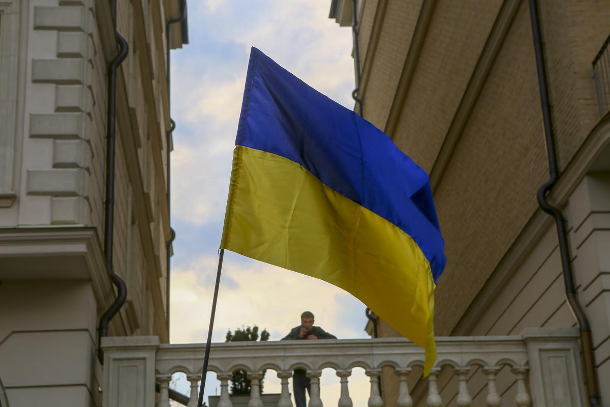 И на фоне всех этих страстей - одинокий сине-желтый флаг